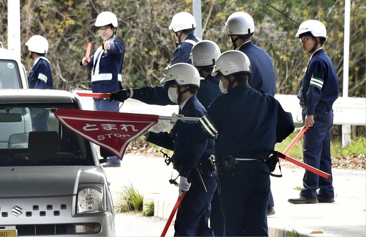 日本員警11日在廣島縣尾道市攔查車輛,以追捕逃脫的慣竊受刑人。美聯社