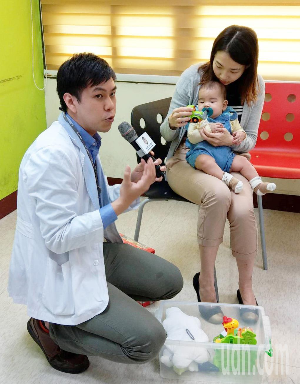 大同醫院臨床心理師教導新手媽媽如何與嬰幼兒互動。圖/大同醫院提供