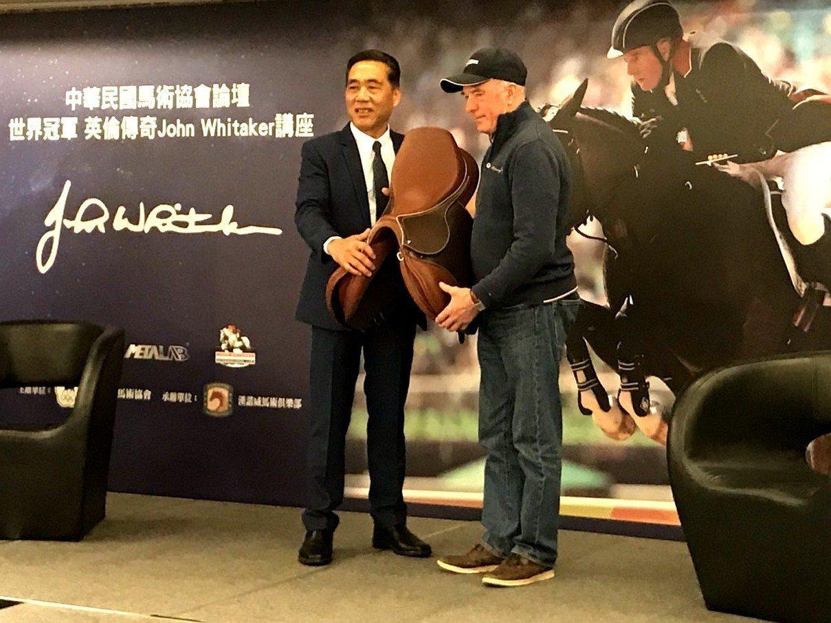 英國傳奇騎手懷塔克(右)回禮馬鞍給馬術協會理事長許安成(左)。記者劉肇育/攝影