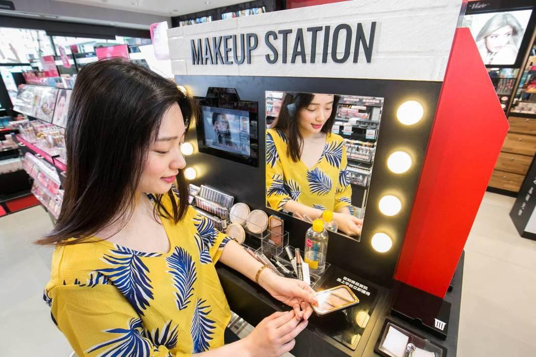 屈臣氏Tech-Fun玩美概念店的Makeup Station試妝站結合螢幕裝置...
