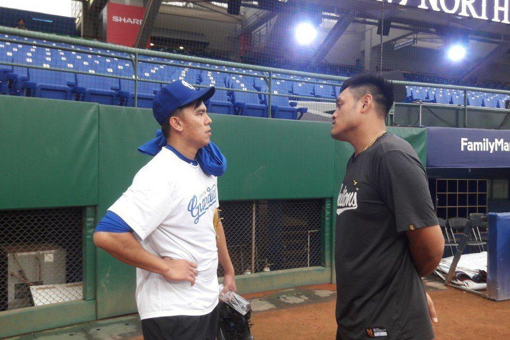 鄧志偉(右)、林晨樺聊到中道青棒隊停招球員一事,露出憂心忡忡的表情。記者藍宗標/...