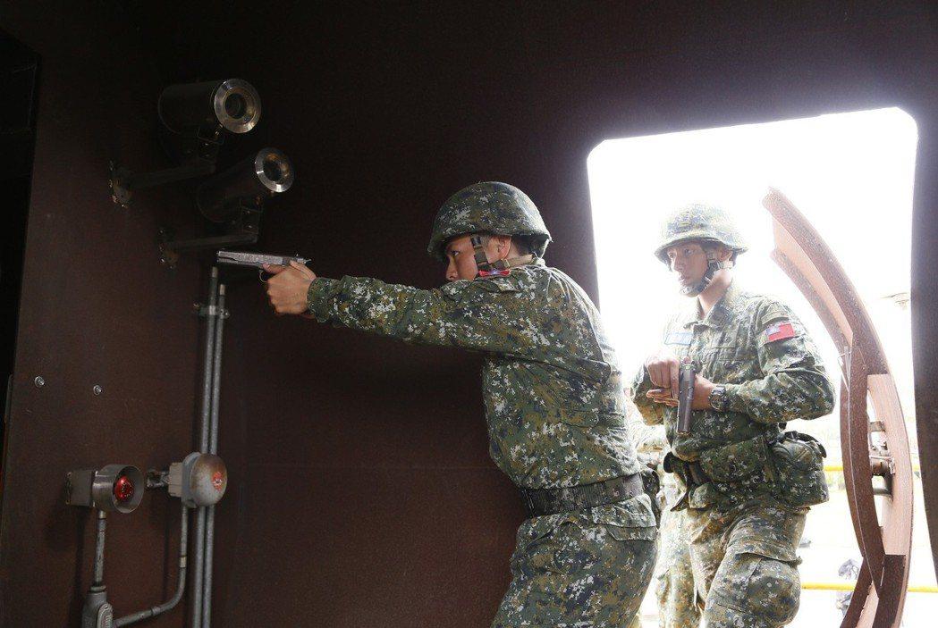 官兵運用消防署竹山訓練中心的機艙模型,演練反劫持等作戰科目。圖/陸軍提供