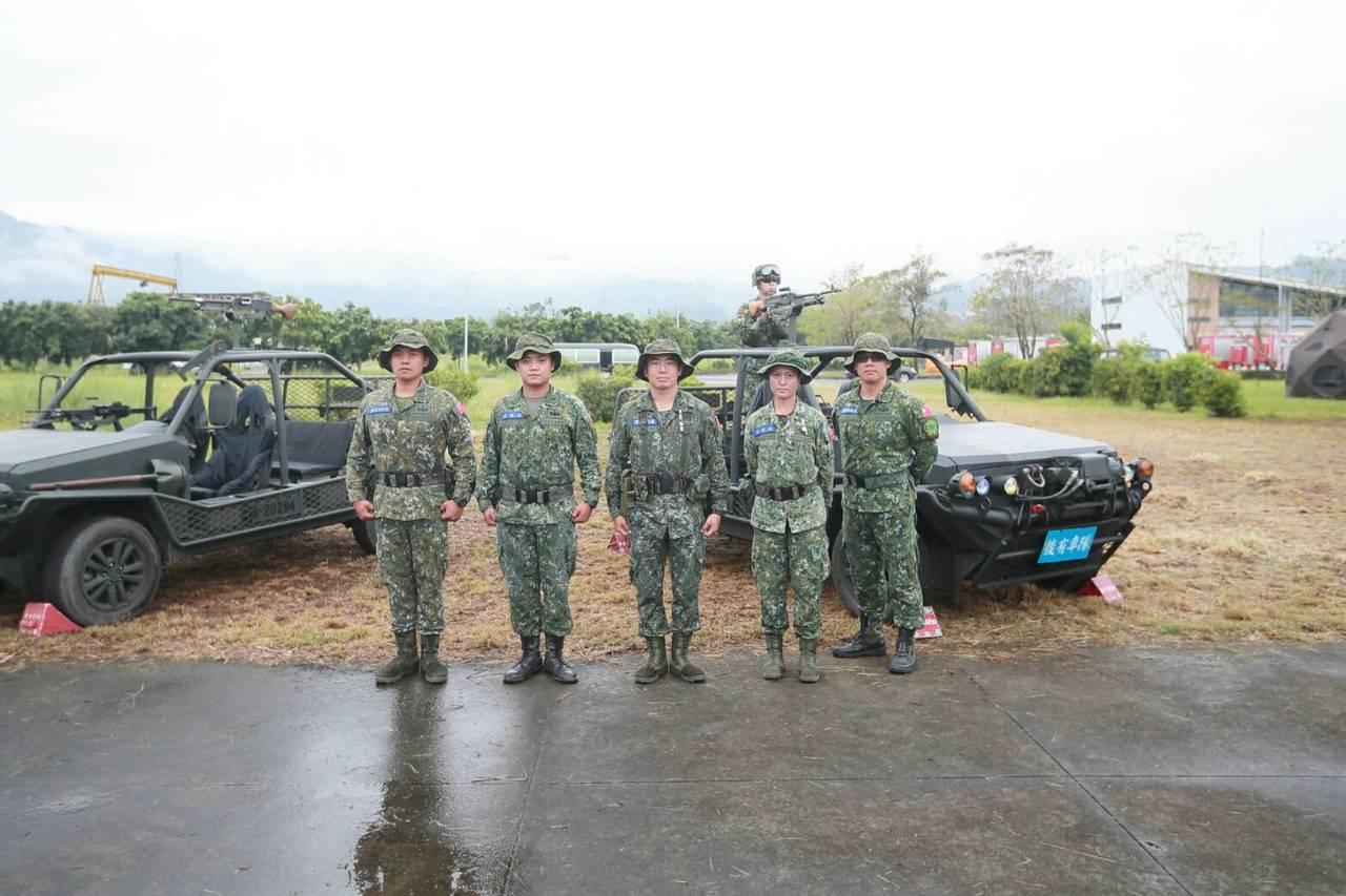 由海龍蛙兵改調特戰營的張皓琰少校(中)。圖/陸軍提供