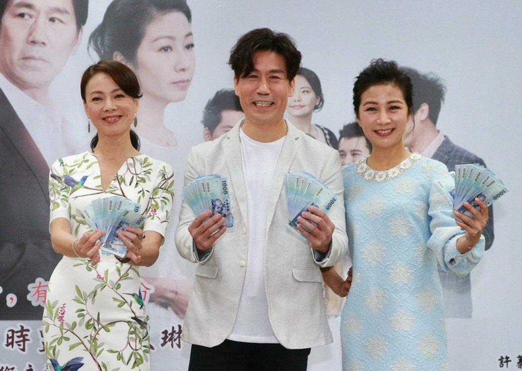 台視8點檔「情.份」舉行試片會,主角羅時豐(中)、方文琳(右)、柯淑勤(左)等演