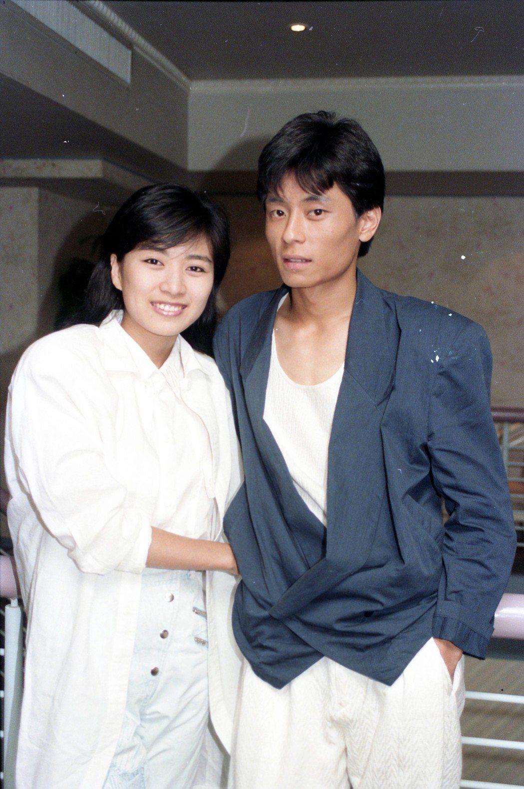 圖為1988年王傑(右)與方文琳(左)同時到南部接受電台訪問時合影。圖/報系資料...