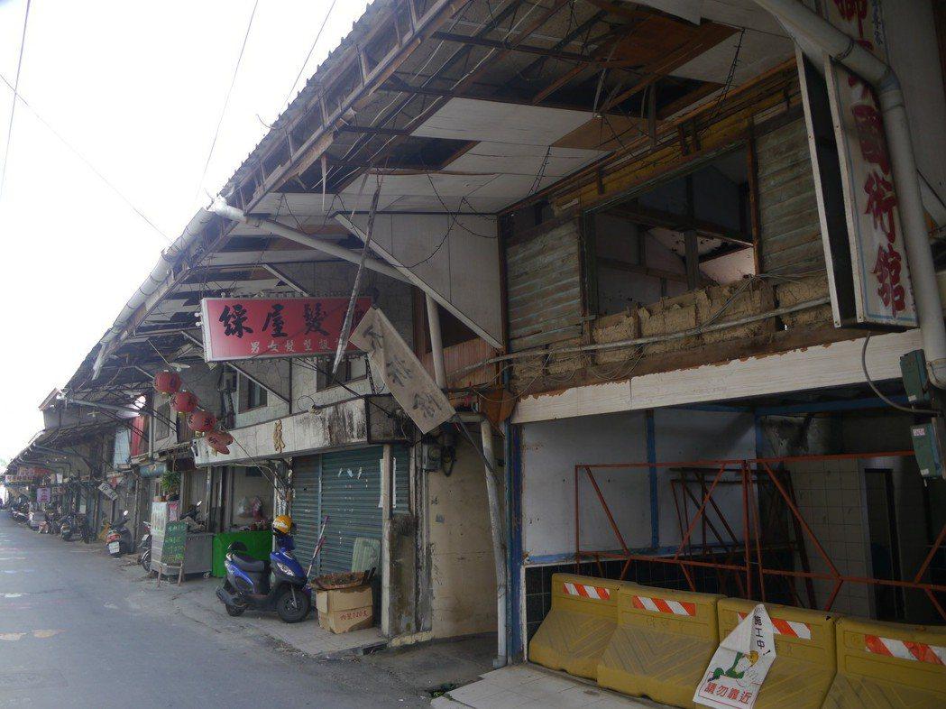 高市旗山大溝頂部分商店已經同意拆除(圖片右側),預計6月過後全面動工拆除。記者徐...