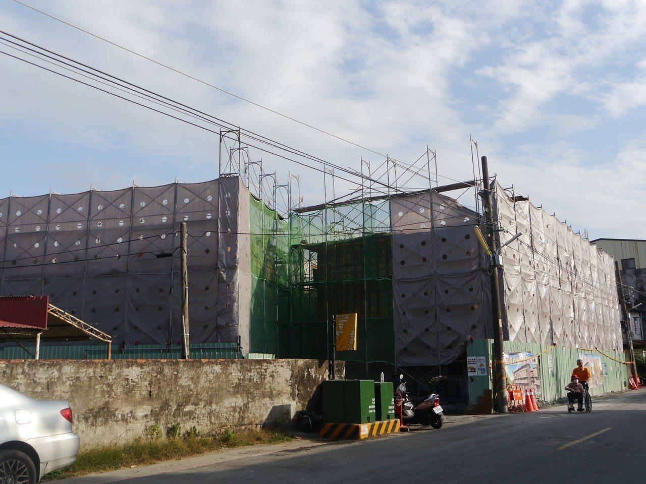 施工中的大溝頂安置商場。記者徐白櫻/攝影