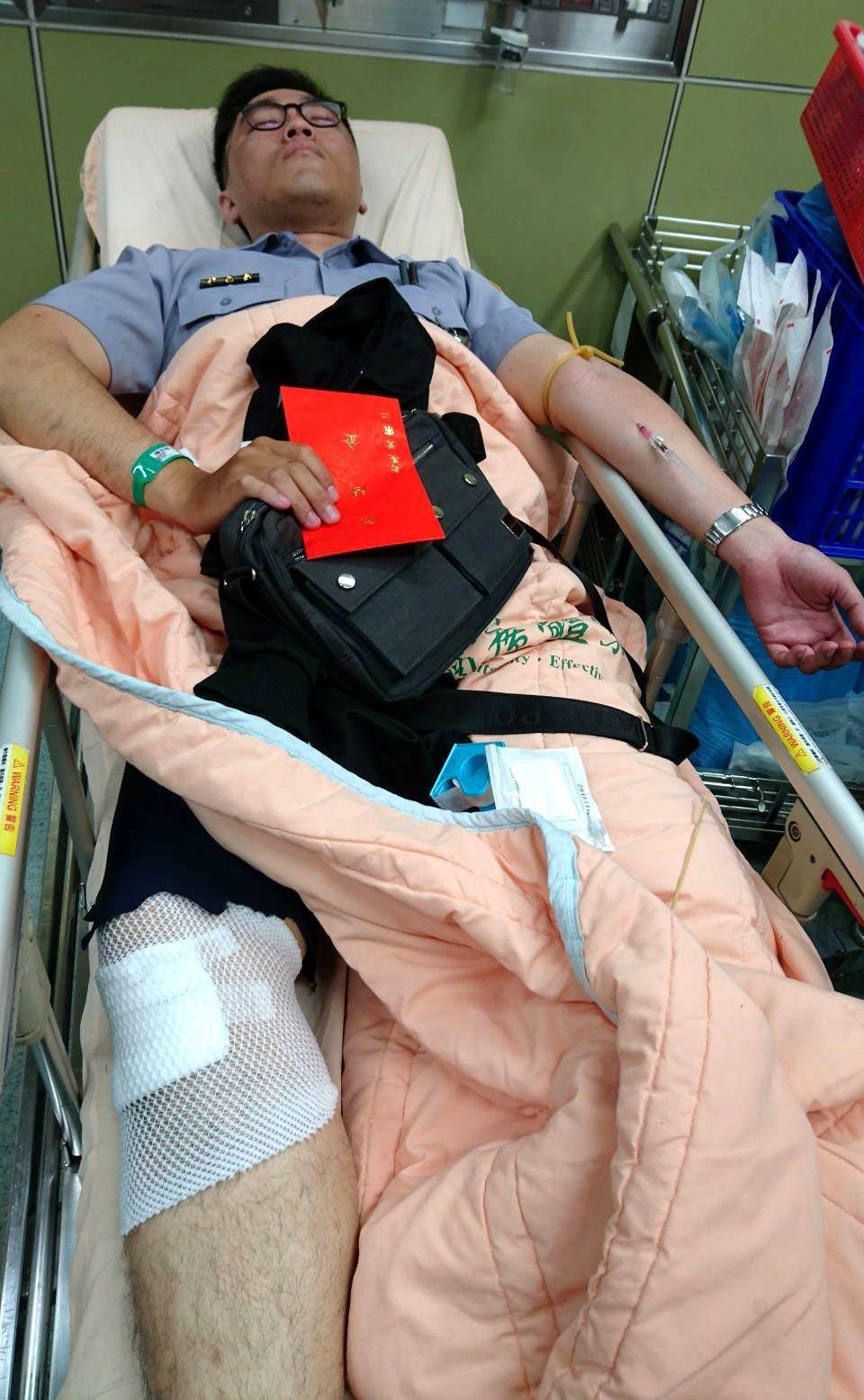 永康分局警員劉耿銘遭翁姓通緝犯遭連車拖行受傷。圖/翻攝畫面