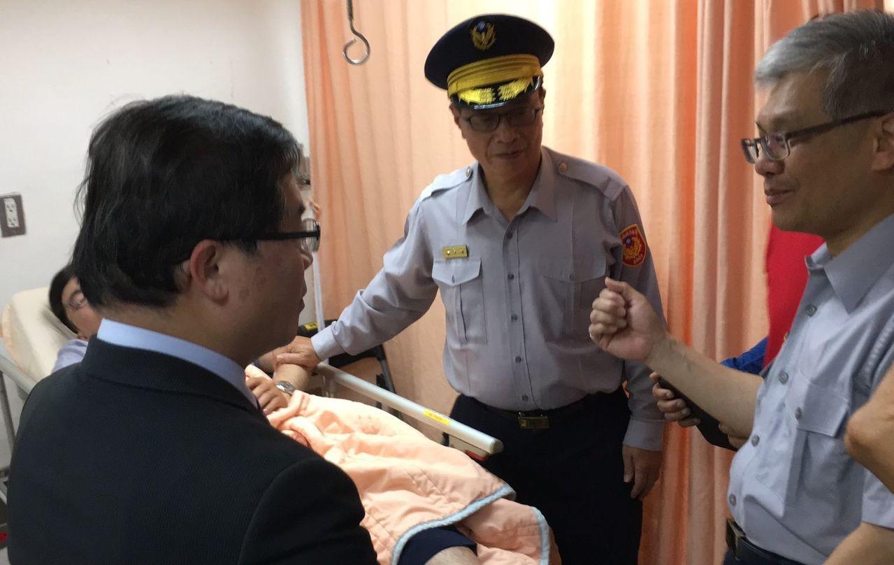 永康分局警員為逮捕通緝犯受傷住院,市警局長黃宗仁(中)前往慰問。圖/翻攝畫面