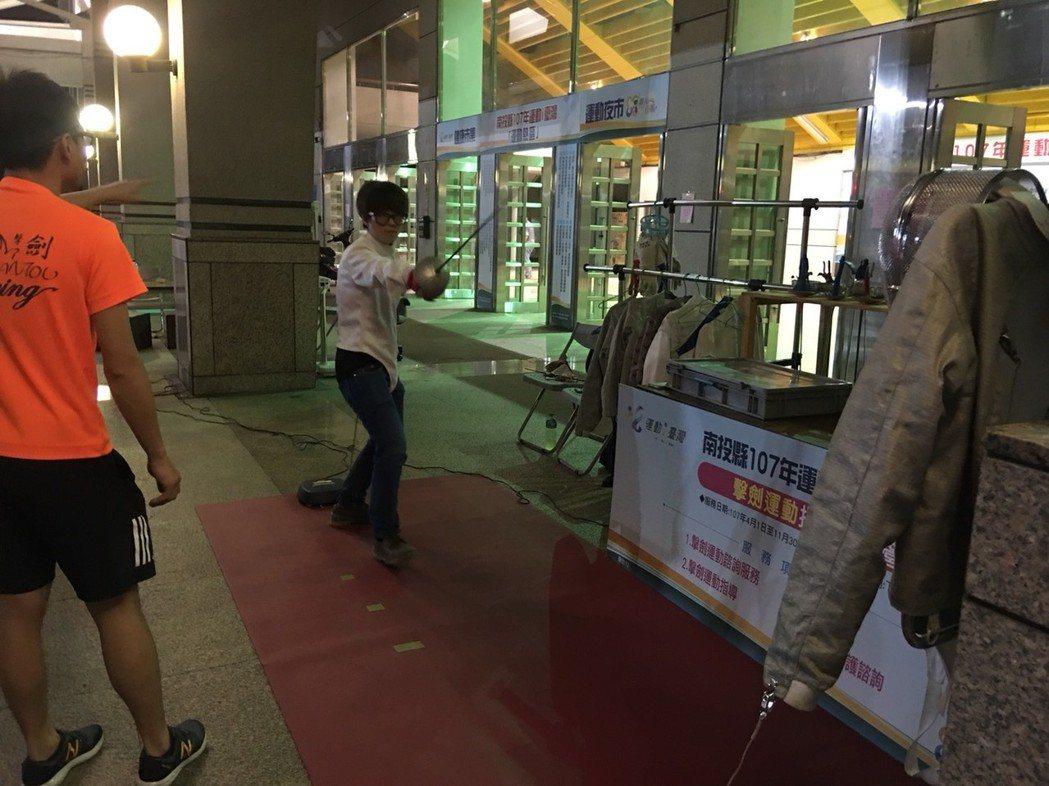 擊劍運動光裝備就要上萬元,民眾少有機會接觸,但在南投縣運動夜市裡,民眾可免費體驗...
