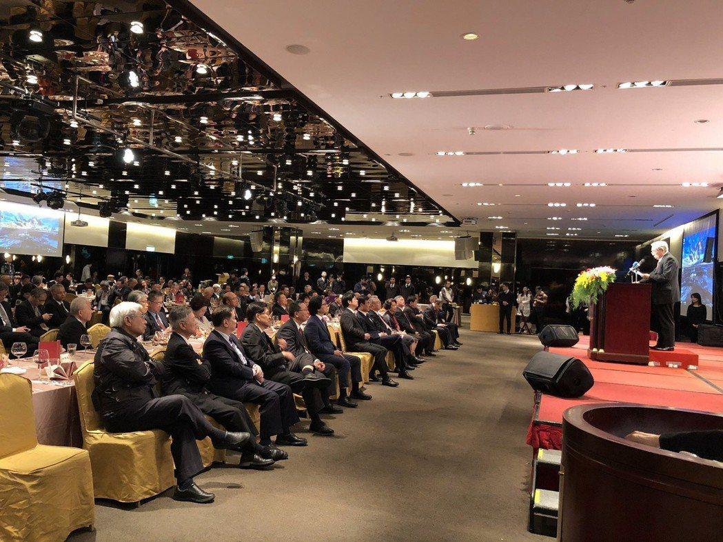 台塑總裁王文淵(講台上)今天接任工總新理事長,發表演說,行政院長賴清德台下聆聽。...