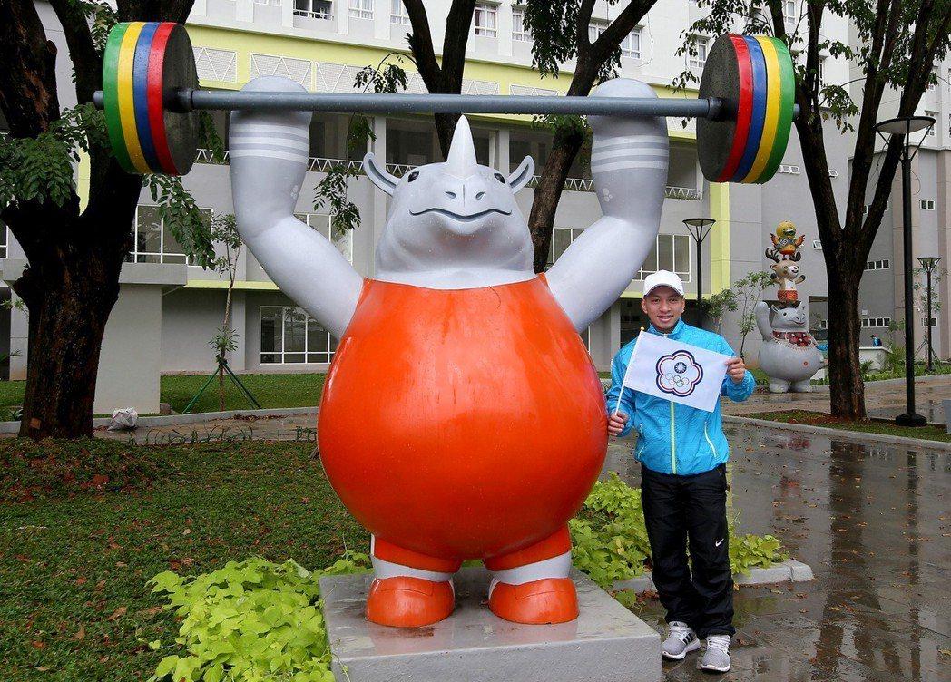 雅加達亞運選手村考察,舉重教練楊勝雄與吉祥物犀牛「卡卡」合影。記者余承翰/攝影