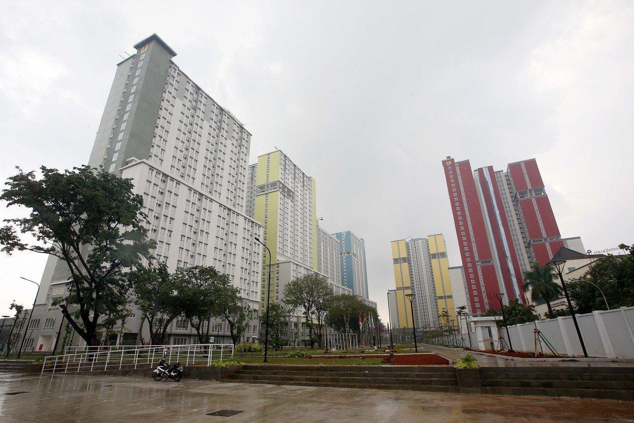 雅加達亞運選手村由7棟大樓組成,外觀色彩鮮明,預計可容納1萬4000人。記者余承...