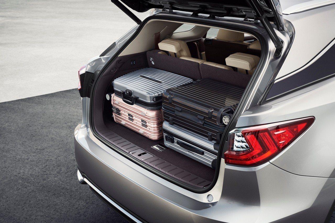 時尚前衛的RX L兼具寬敞舒適,使用三排座椅後,仍有充足的行李廂空間。圖/和泰汽...