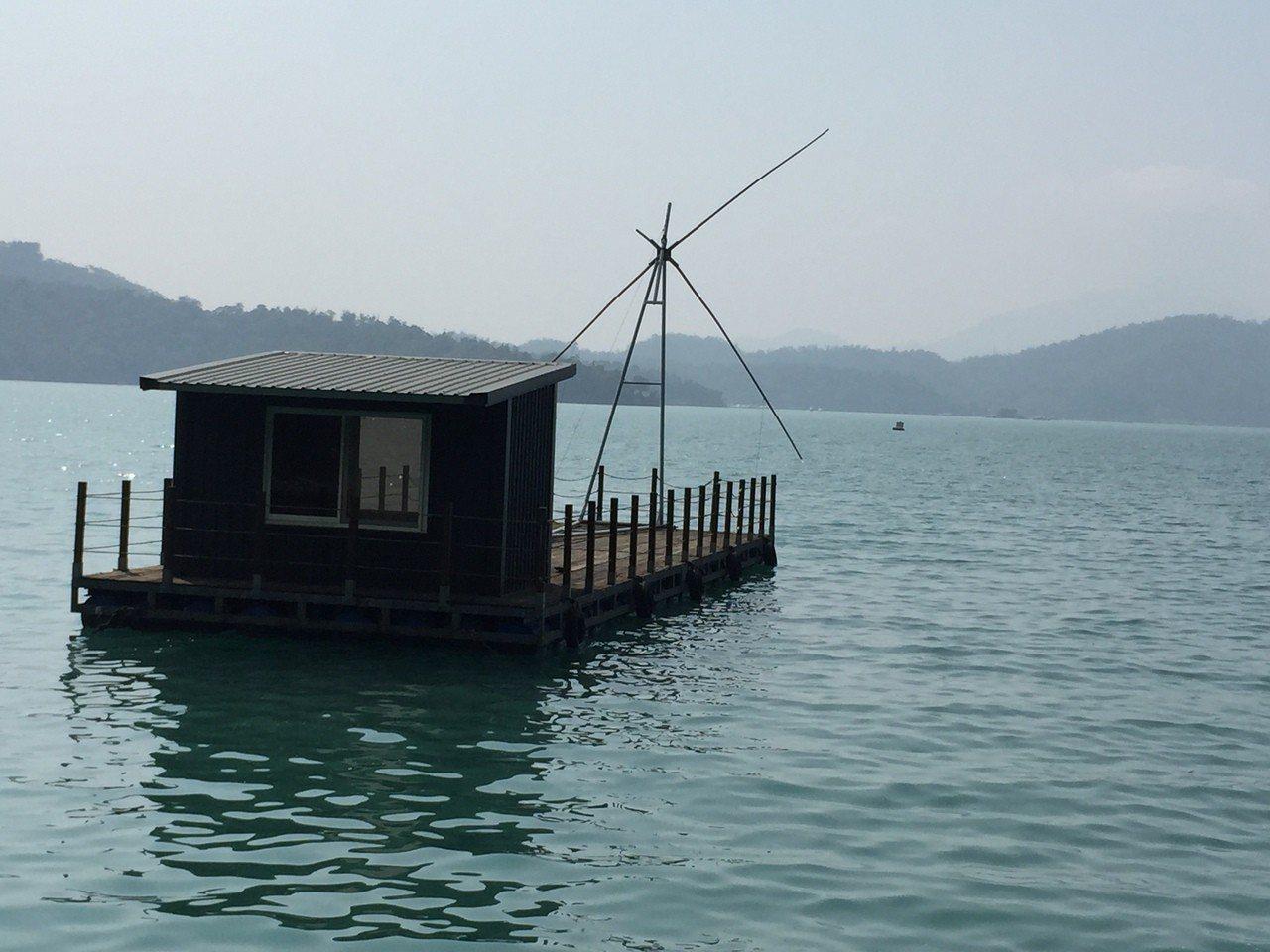 四角吊網船筏是日月潭特有的捕撈方式,也成為水面特殊景觀。記者江良誠/攝影