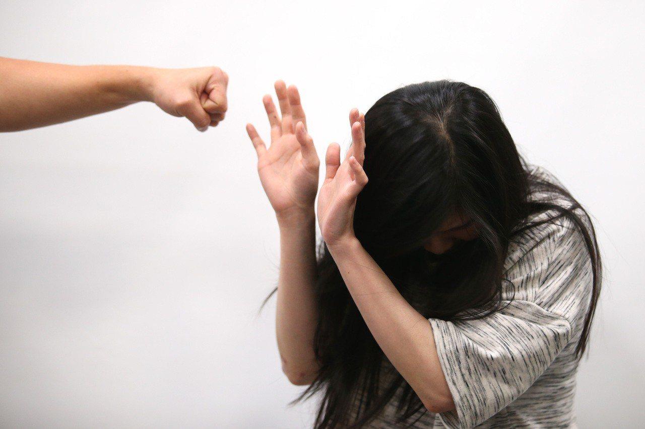 桃園市吳姓婦人婚後常遭丈夫毆打、飆罵,子女協助蒐證助母離婚獲准。示意圖/報系資料...
