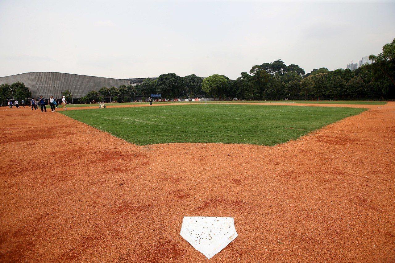 雅加達亞運棒球場1本壘視角,投手丘尚未鋪設,外野也無護牆。記者余承翰/攝影