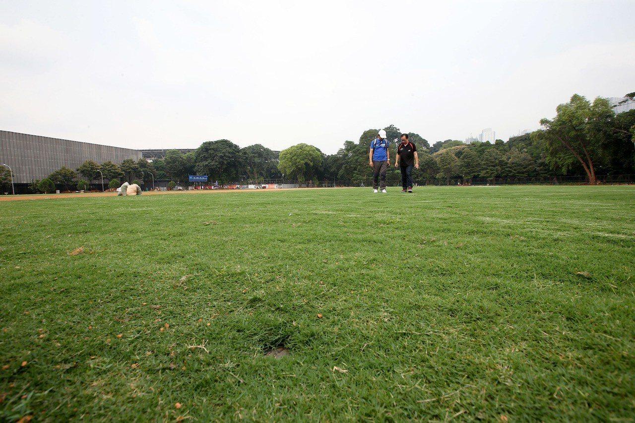 雅加達亞運棒球場1大致完工,但內野地面看來仍不平整。記者余承翰/攝影