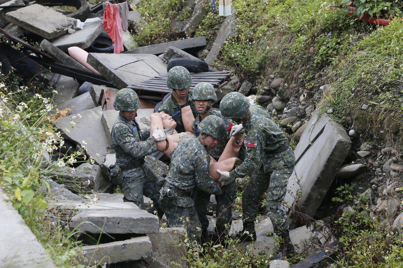 陸軍航特指揮部今天演練災區救援,國軍弟兄在土石堆中救人。圖/陸軍第十軍團提供
