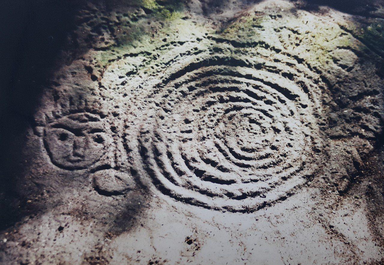高業榮率先發現的萬山岩雕,其中一處最大面積的岩雕是「孤巴察峨」。記者徐白櫻/翻攝