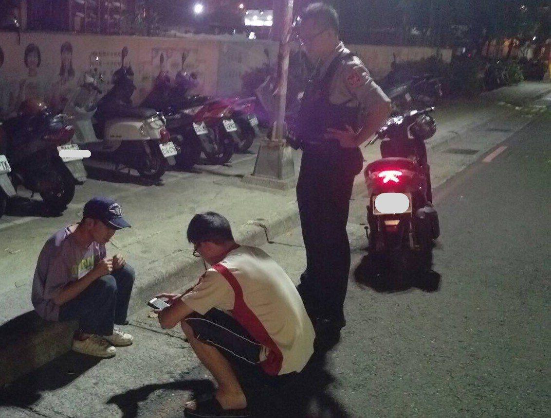 前鎮分局草衙派出所員警楊松樺(右一蹲著)前天下班回家遇到歐(左一),當時盤查沒有...