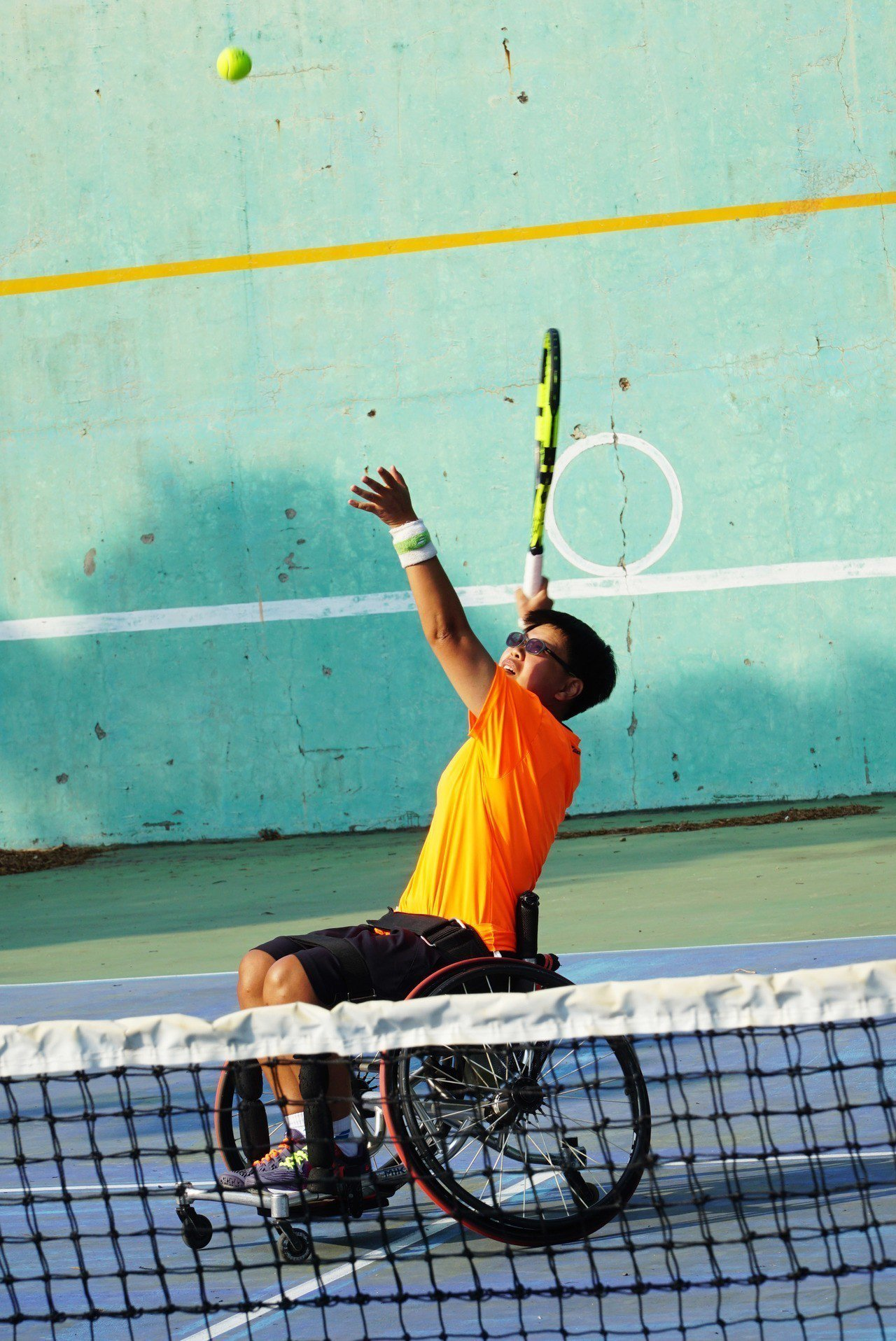 曾獲大專盃網球冠軍的黃楚茵因車禍受傷,一度網球夢碎,九年來在教練賴永僚有計畫培訓...