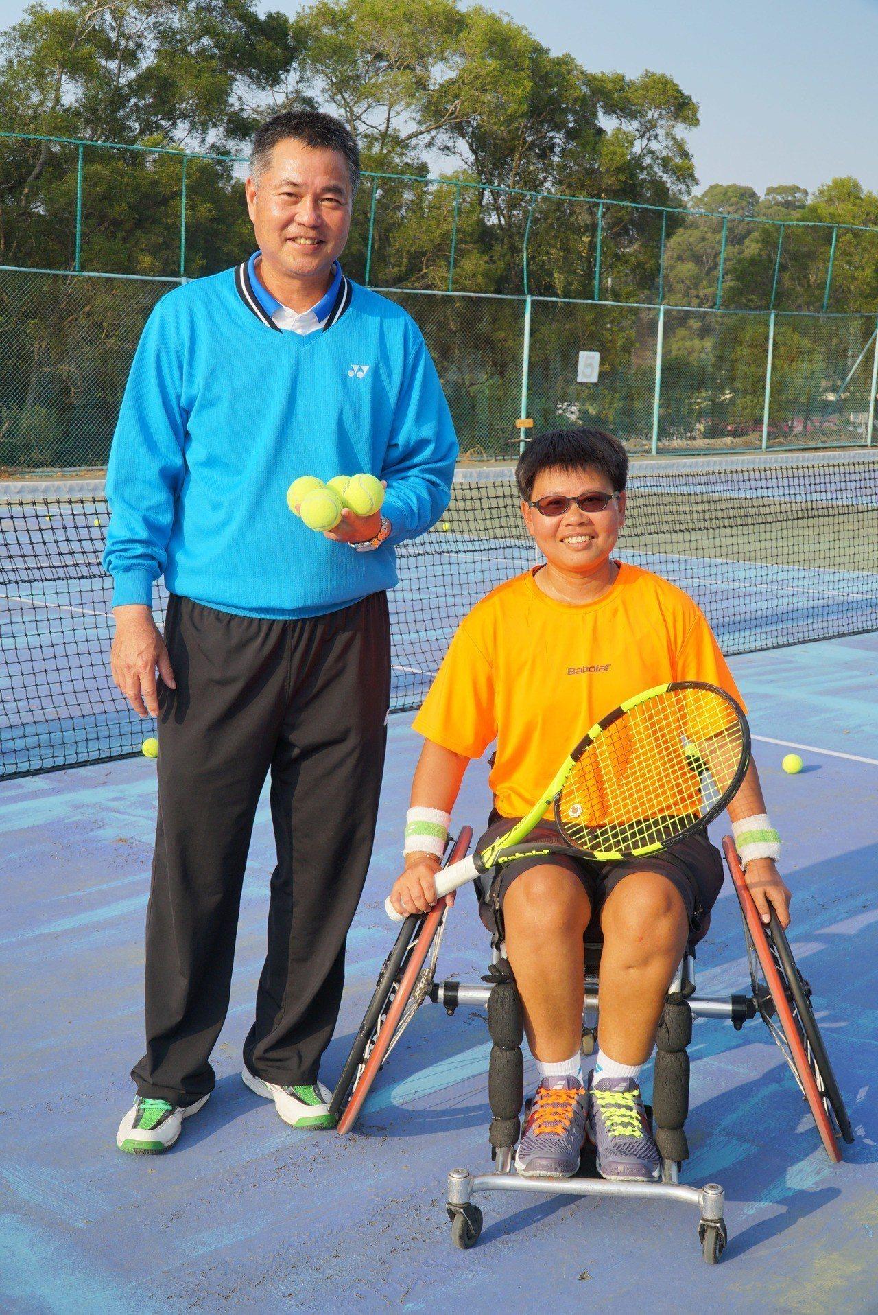 曾獲大專盃網球冠軍的黃楚茵(右)因車禍受傷,一度網球夢碎,九年來在教練賴永僚有計...