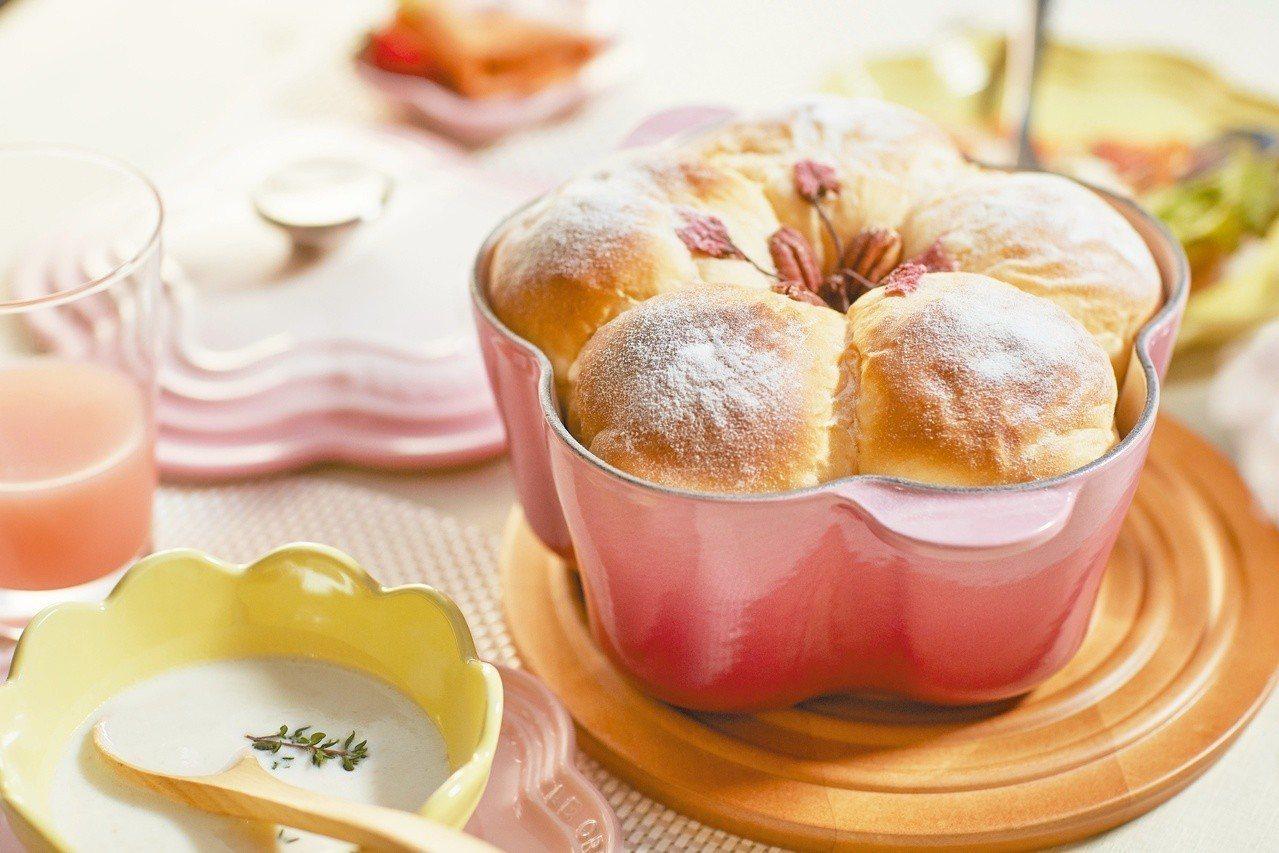 萬用的琺瑯鑄鐵鍋材質,直接進烤箱烘焙也可以。圖/Le Creuset提供