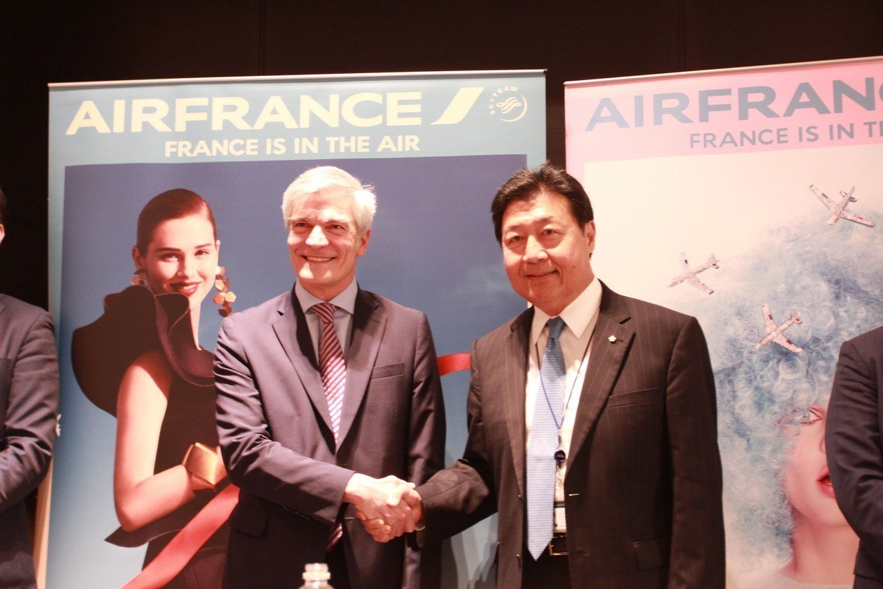 中華航空資深副總經理張志潔(右)與法航荷航集團亞太區高級副總裁朴安東今日出席華航...