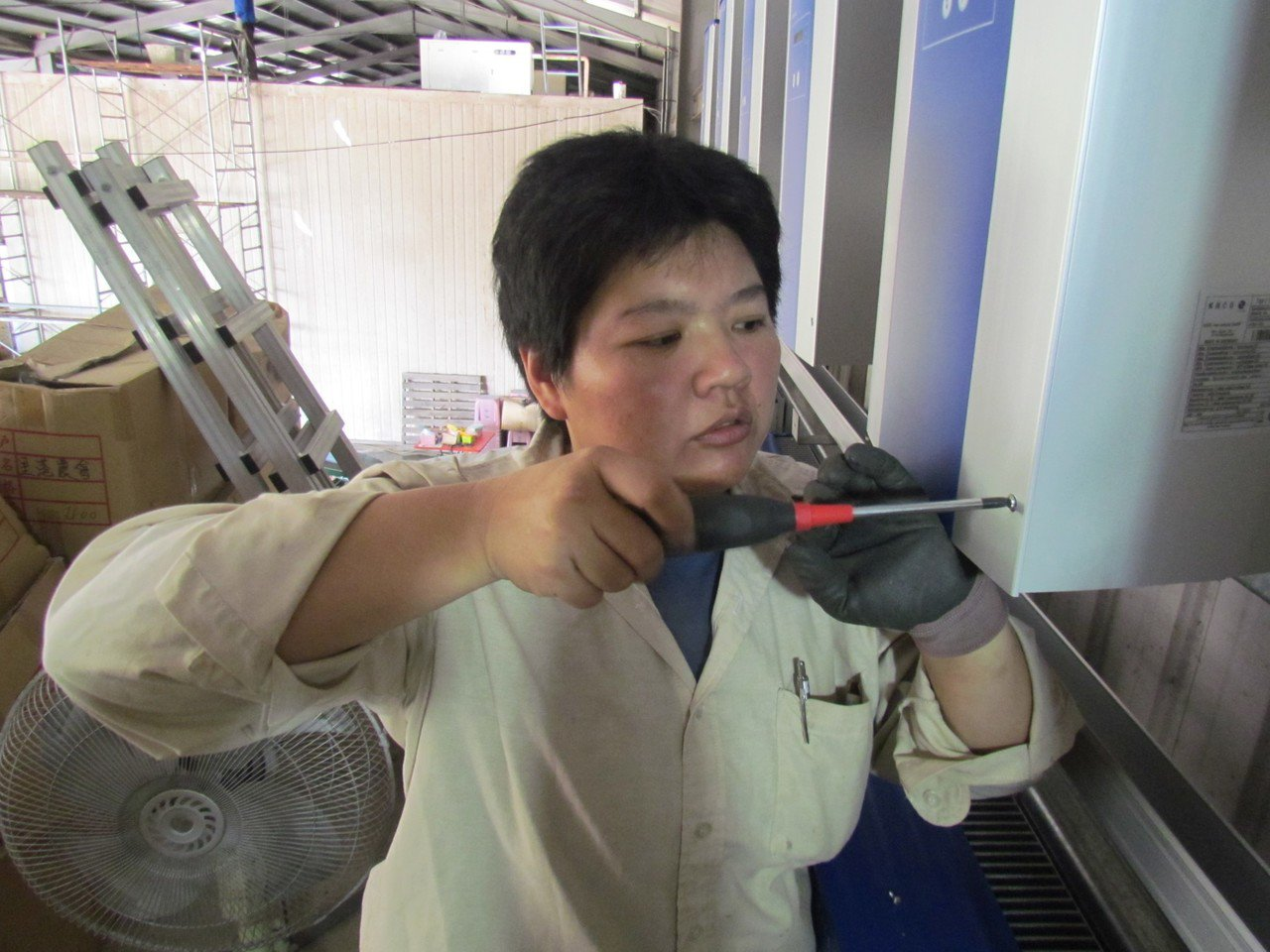 原本在珠寶免稅店工作的陳麗瑛,從水電班結訓後投入太陽能光電產業任工程部組長,是業...