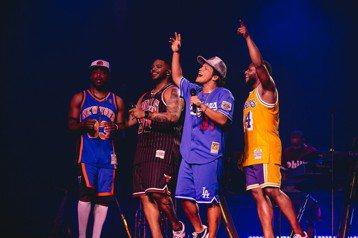 相隔4年,火星人布魯諾(Bruno Mars)終於再度回到台北,今晚他在南港展覽館舉行「24K魔幻世界巡迴演唱會」,以剛獲得雙白金認證的「Finesse」開場,一連演唱13首金曲,搭配招牌自創舞步、...