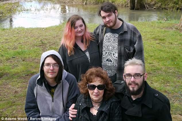 哈威克(前排右)比妻子厄瑞爾(前排中)的孫子年紀還小。(取自英國每日郵報)