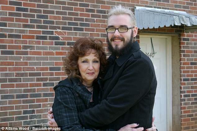 72歲的厄瑞爾(左)和19歲的哈威克從認識、交往到結婚, 不到一個月。(取自英國...