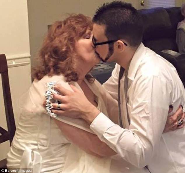 厄瑞爾和哈威克舉行簡單結婚儀式,婚後兩年仍恩愛如昔。(取自英國每日郵報)
