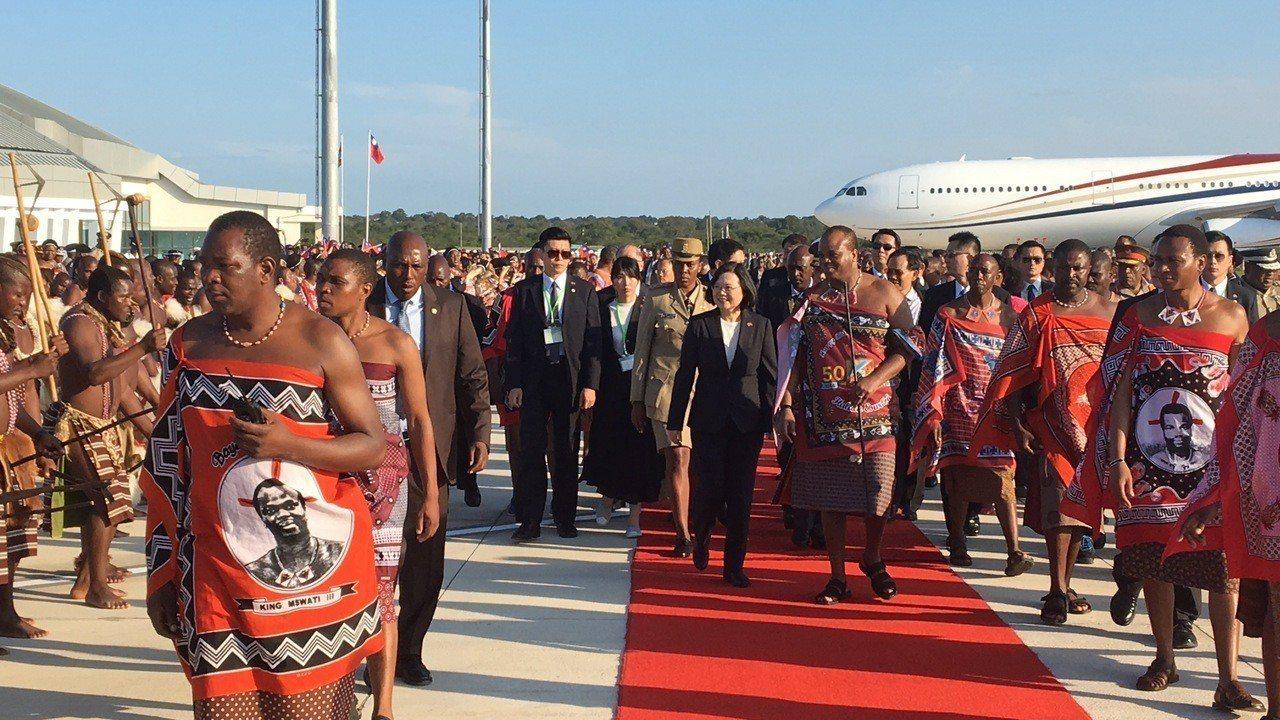 英文總統出訪我非洲友邦史瓦濟蘭王國,在當地時間17日下午3時半抵達史國。記者周佑...