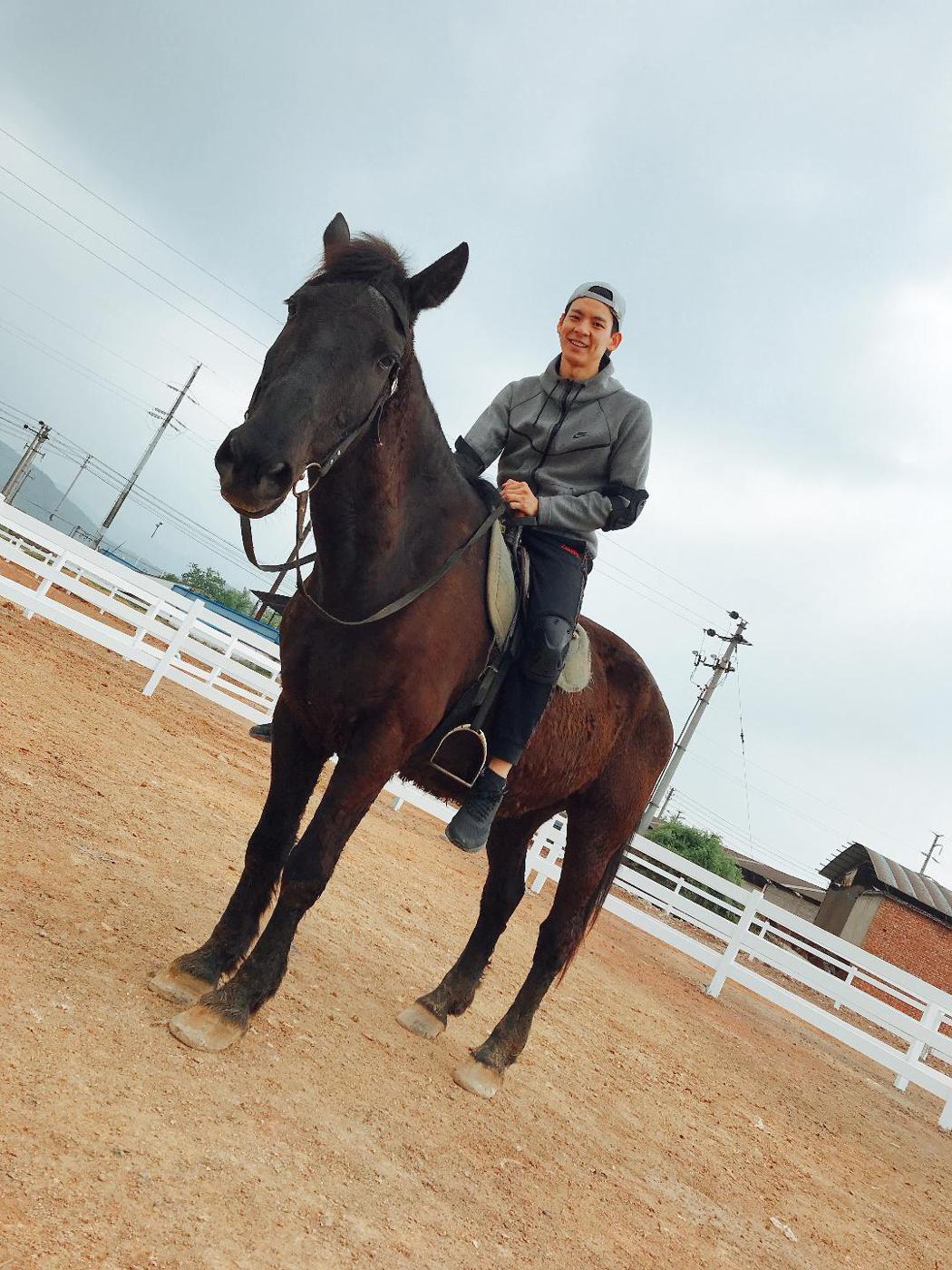 林柏宏趁拍戲空檔學騎馬。圖/周子娛樂提供