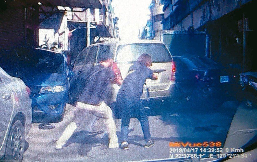 高雄港警總隊昨天下午追捕涉嫌販毒的雷姓男子,員警開槍射擊畫面。 記者林保光/翻攝