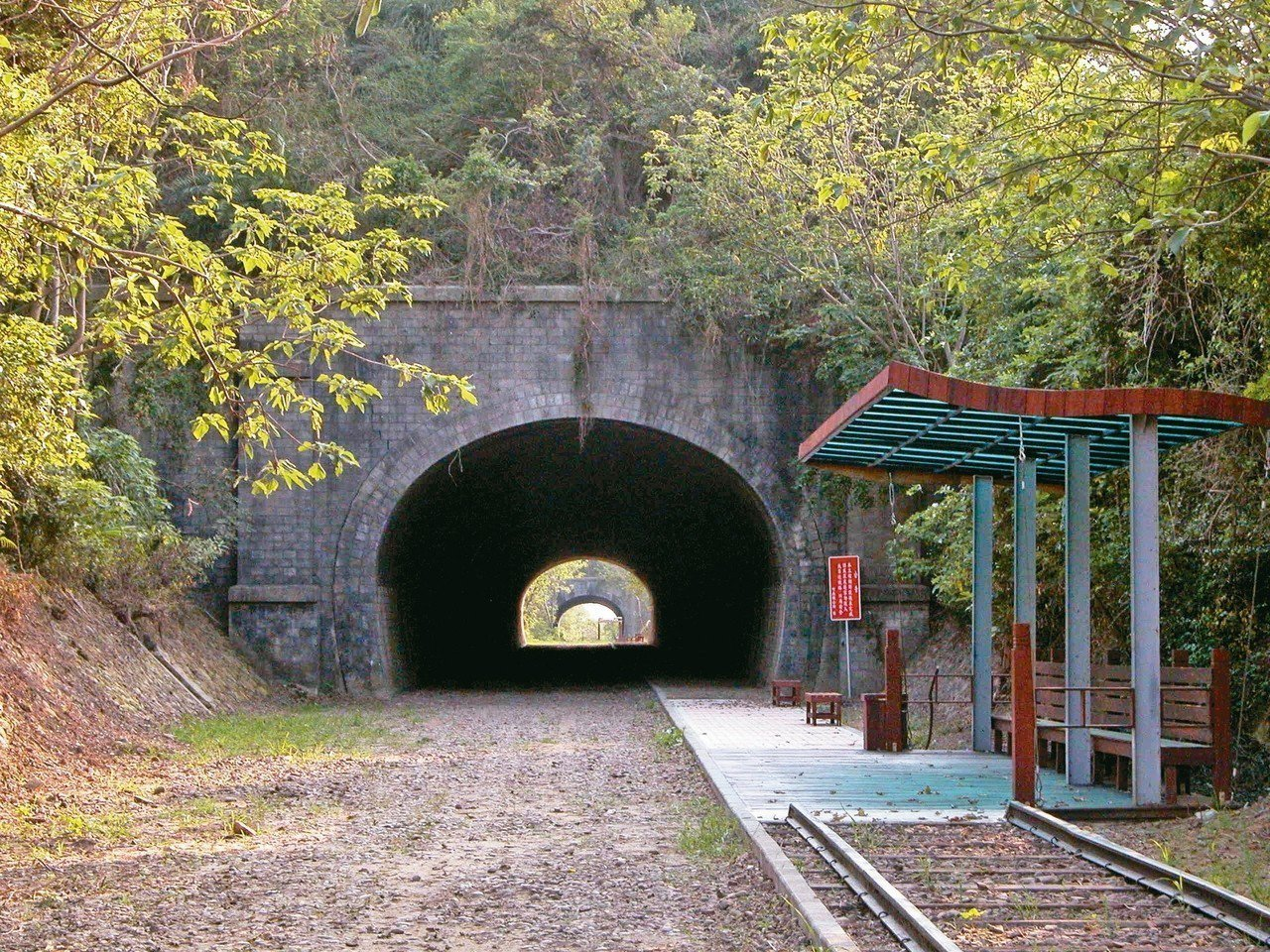 苗栗縣竹南鎮崎頂1號、2號舊隧道形成「子母隧道」景觀,被縣府登錄公告為歷史建築。...