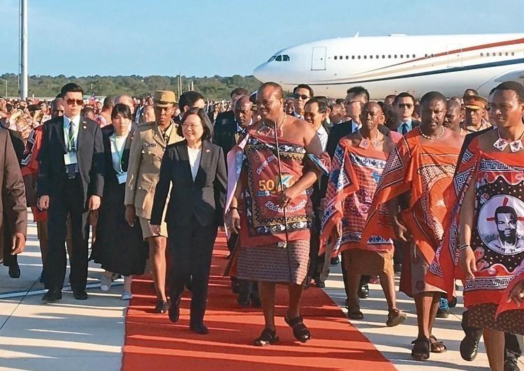 總統蔡英文(右五)抵史瓦濟蘭,史王(右四)親迎。 記者周佑政/攝影