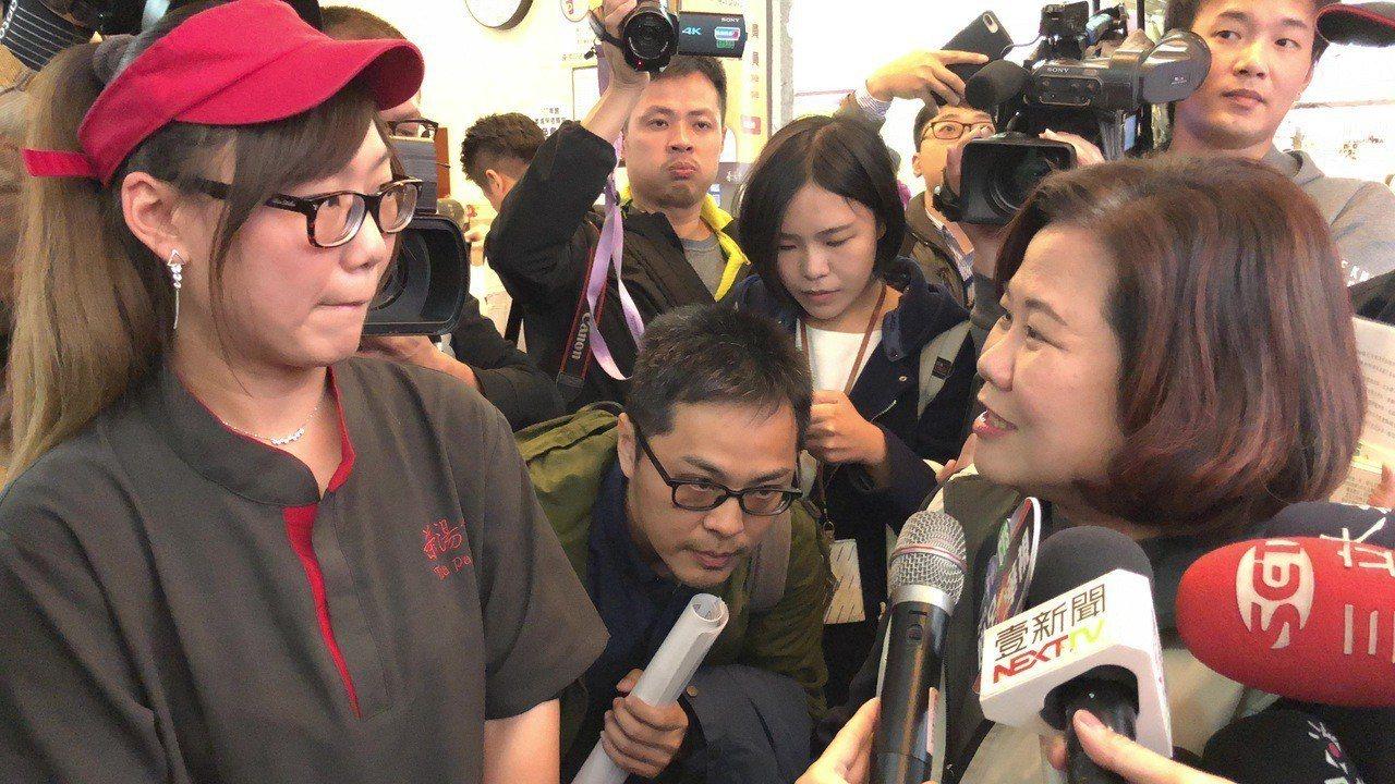 勞動部長許銘春(右)向飲料店員工說明基本工資、工時等。 記者陳妍霖/攝影