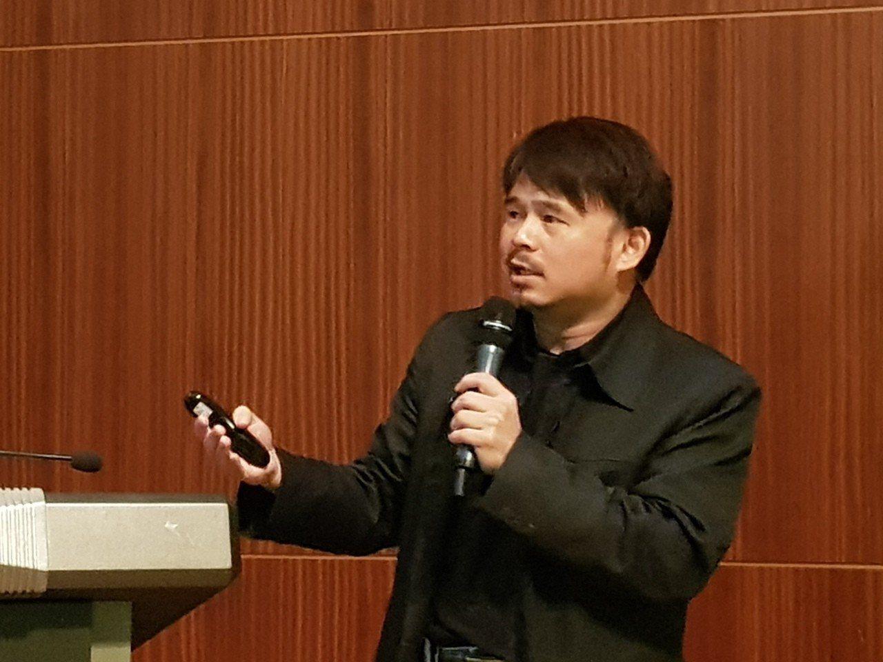 聯合報系總管理處行動發展部總經理周暐達,昨天在東亞出版人會議中報告全媒體時代的出...
