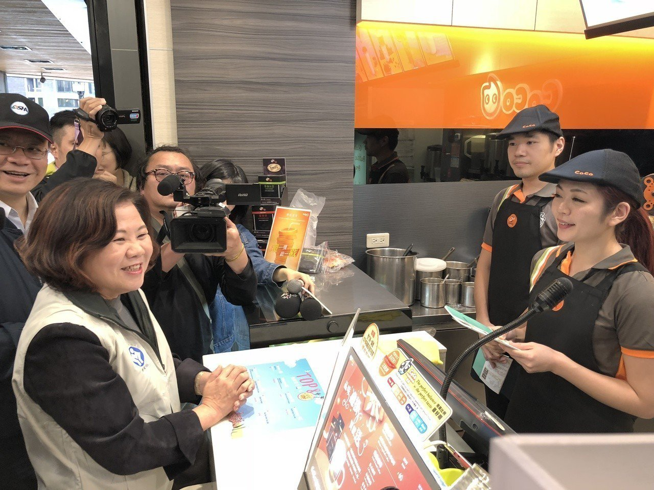 勞動部長許銘春昨下午率隊到台北西門町商圈突擊連鎖飲料店。 記者陳妍霖/攝影