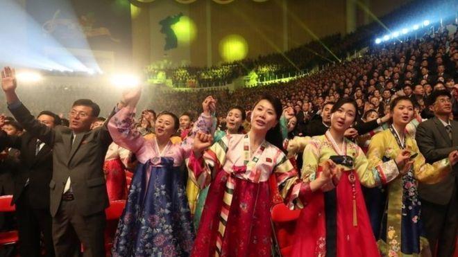 北韓民眾在觀看南韓藝術團表演時顯得很開心。 歐新社