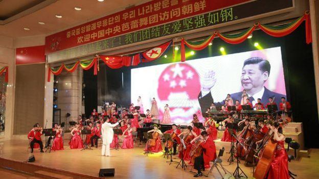 金正恩宴請宋濤一行時,宴會廳舞台上掛著習近平的巨幅肖像。 北韓朝中社