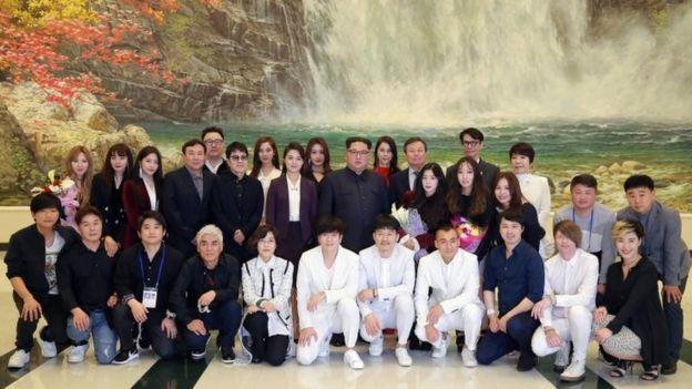 金正恩與來訪的南韓藝術團團員合影。 歐新社