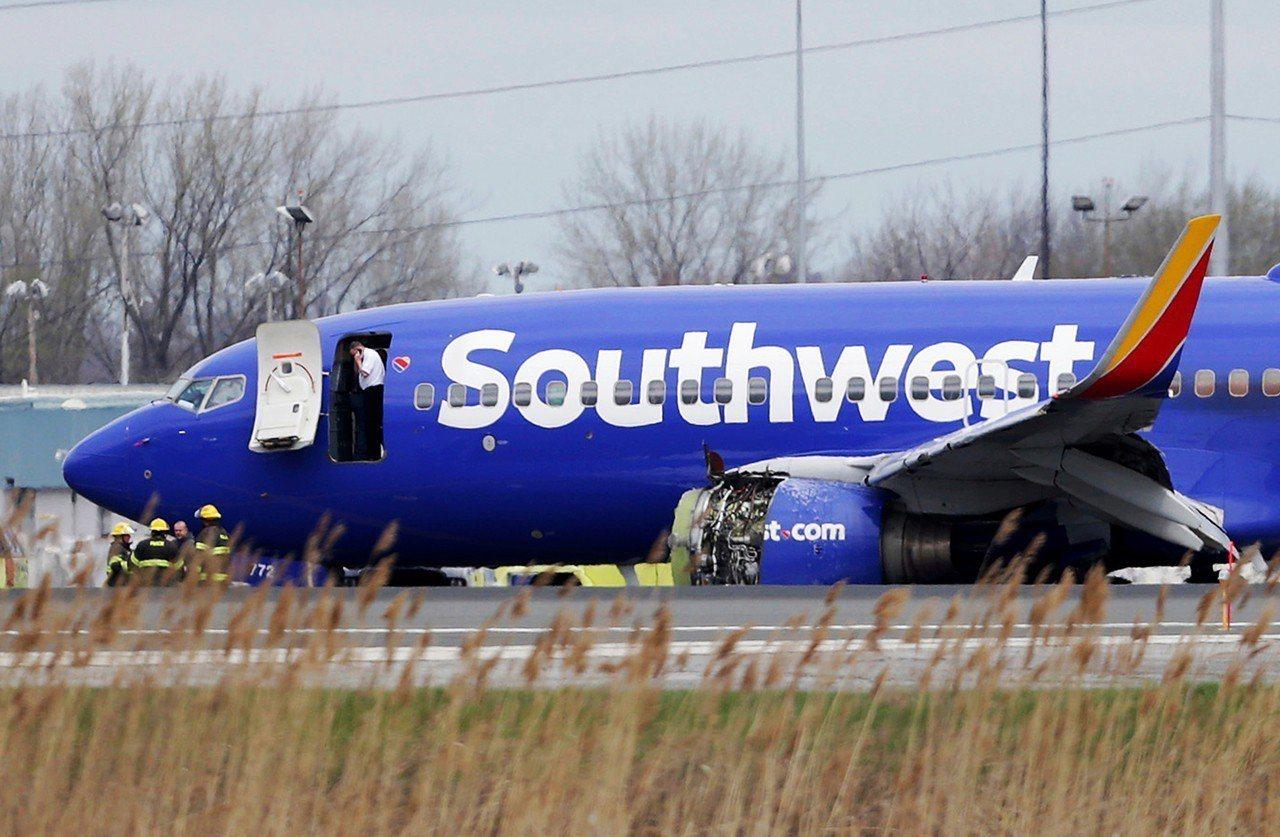 美國西南航空從紐約飛往達拉斯的客機,疑似引擎故障中途迫降費城機場。 美聯社