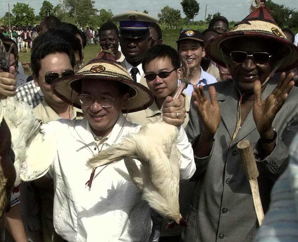 2000年,布吉納法索石頭村民眾依傳統禮俗,贈送兩隻土雞給陳水扁,龔保雷總統在旁...