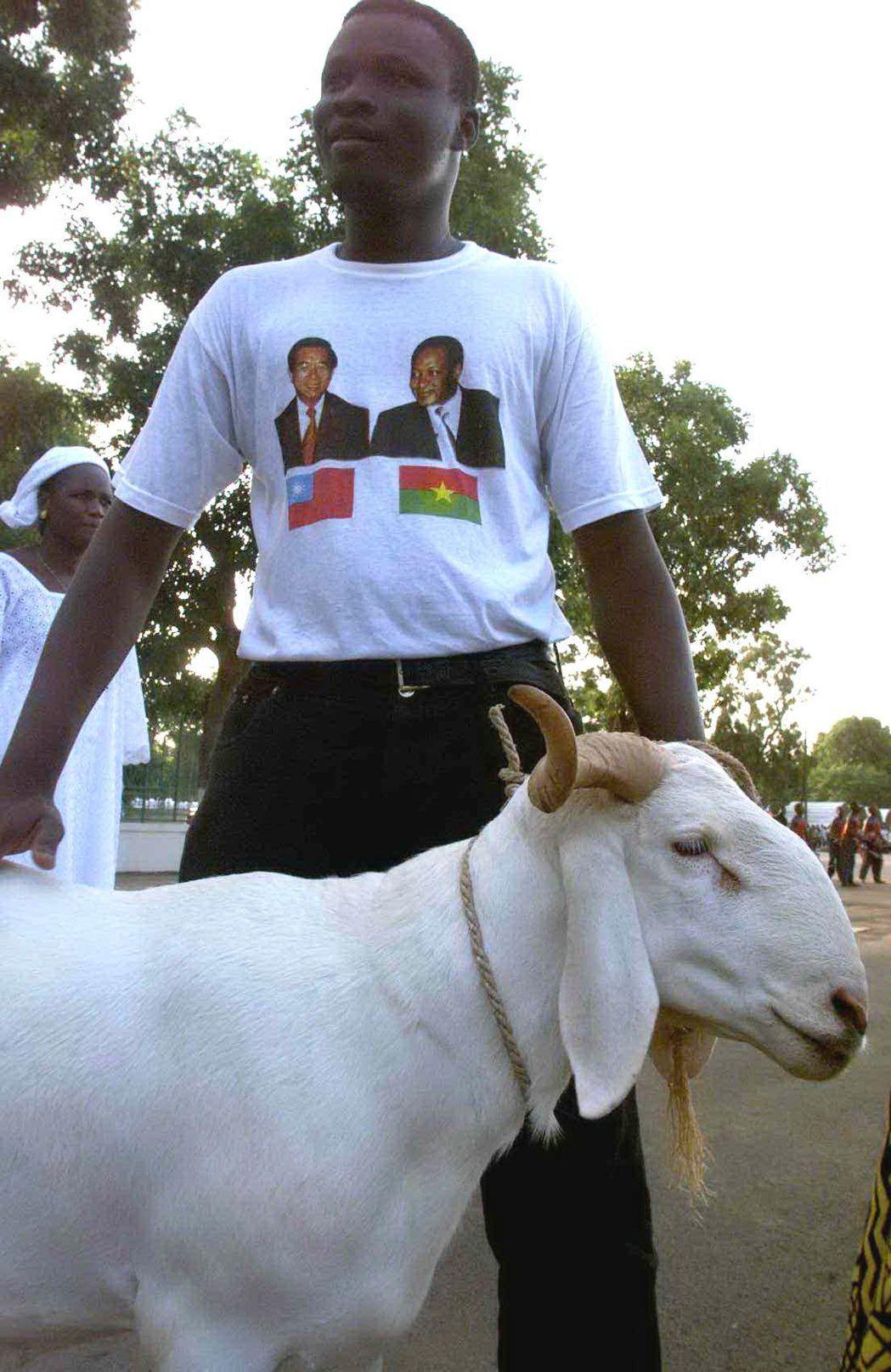 2000年,布吉納法索特地送一隻活羊及銅雕的馬給陳水扁,民眾身上還穿了印有陳水扁...