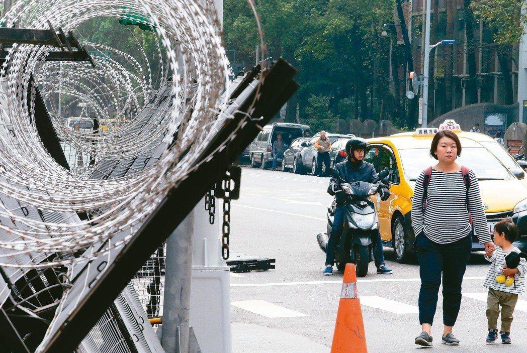 台北陳抗多,處處拒馬,已對居民生活造成困擾。 圖/聯合報系資料照片
