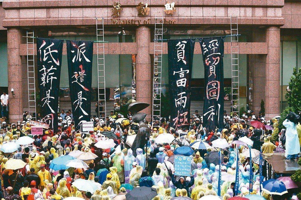 勞基法修法爭議不斷,勞動部前頻見勞團集結抗議。 圖/聯合報系資料照片